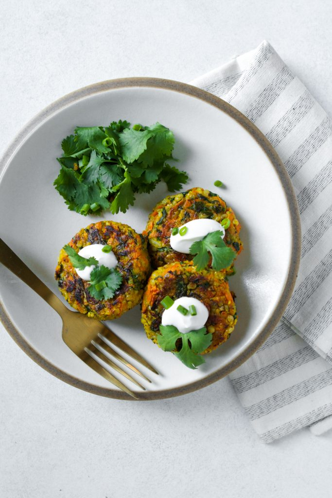 With a simple, yet impressive, ingredient list, these whole-grain sorghum cakes couldn't be any easier to make. And when you throw carrots, arugula, curry, and a hearty amount of garlic into the mix, they also don't lack any oomph. These Curried Sorghum Cakes are definitely weeknight-dinner fare.